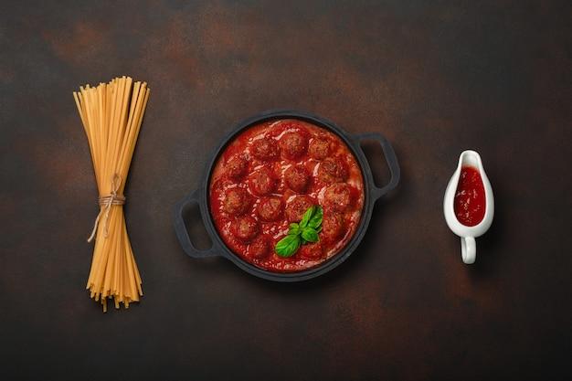 Almôndegas, em, molho tomate, com, temperos, e, manjericão, em, um, frigideira, com, macarronada, e, sauce-boaton, enferrujado, marrom, fundo