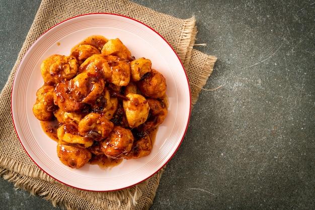 Almôndegas fritas com molho picante - comida de rua tailandesa
