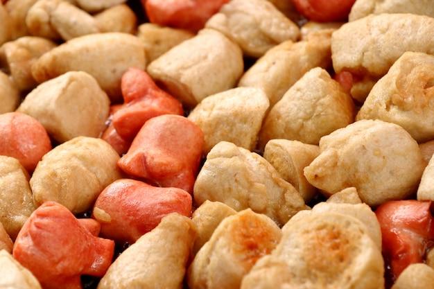 Almôndegas fritas e salsicha na comida de rua