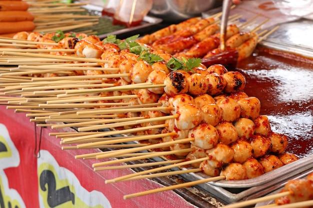 Almôndegas grelhadas e salsicha na comida de rua