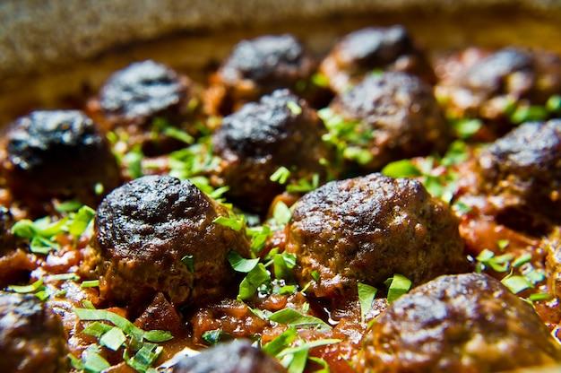 Almôndegas italianas no molho de tomate em uma assadeira.
