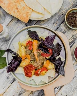 Almôndegas moídas com legumes cozidos