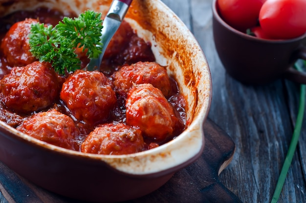 Almôndegas no molho de tomate doce e ácido.