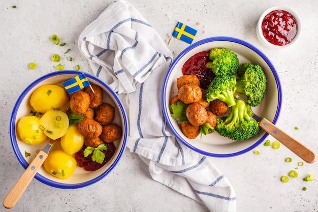 Almôndegas suecas com brócolis, batatas cozidas e molho de cranberry. conceito de comida tradicional sueca.