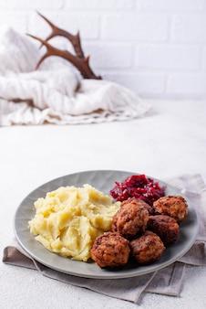 Almôndegas suecas com purê de batata