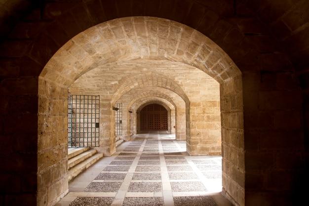 Almudaina e arcos do túnel da catedral de maiorca em palma