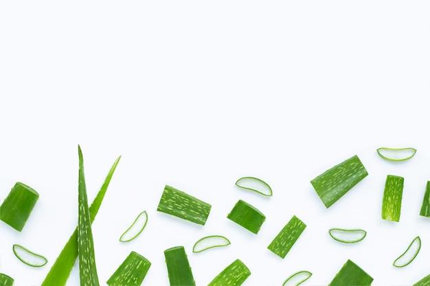 Aloe vera corta pedaços com fatias no fundo branco.