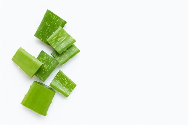 Aloe vera corta pedaços em branco