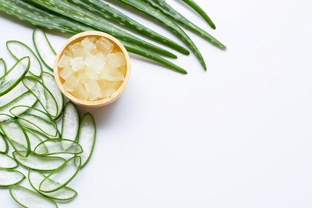 Aloe vera é uma popular planta medicinal para a saúde e beleza, fundo branco.