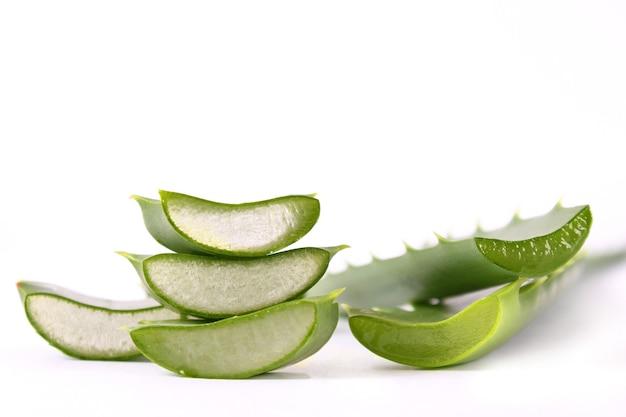 Aloe vera em um fundo branco produtos de cuidados naturais