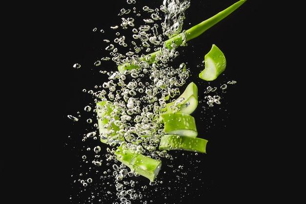 Aloe vera fatiado, foto de ação congelada em alta velocidade ao cair na água