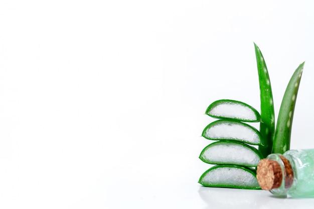 Aloe vera fatias, folhas e jarra com suco de aloe vera. conceito de cosméticos e fitoterapia.
