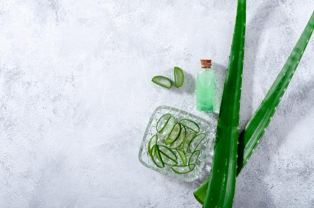 Aloe vera fatias, folhas e jarra com suco de aloe vera.