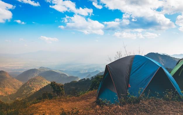 Alojamento temporário em barraca para turistas que gostam da natureza localizado na alta montanha