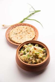 Aloo bharta com cebola paratha. purê de batata picante servido com pão sírio de cebola