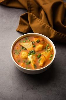 Aloo matar paneer receita da índia feita com ervilhas de batata com queijo cottage cozido em curry picante