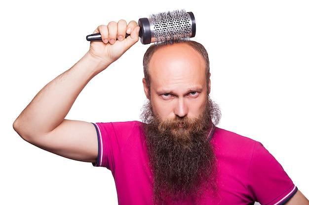 Alopecia humana ou perda de cabelo - mão de homem adulto segurando o pente na cabeça careca.