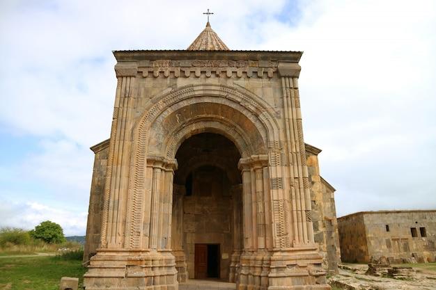 Alpendre da igreja impressionante de st. paul e peter cathedral no mosteiro de tatev, armênia