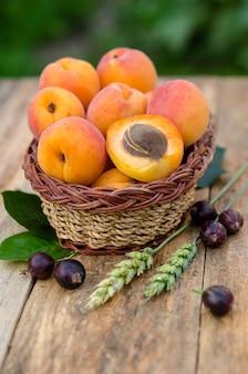 Alperces e bagas maduros deliciosos no fundo rústico. comidas saudáveis