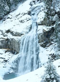 Alpes, bela cachoeira na montanha krimml áustria, tirol, vista de inverno