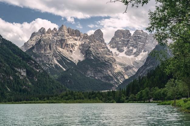 Alpes com montanha e lago perto da floresta verde