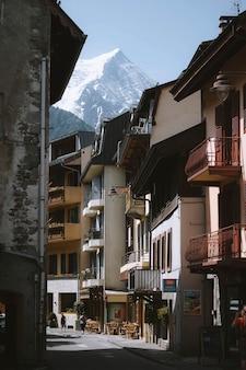 Alpes de chamonix na frança com vista para uma rua residencial
