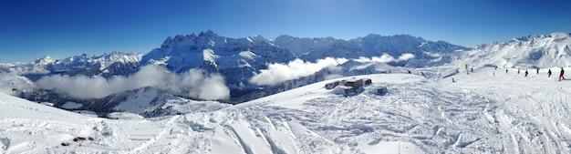Alpes e pista de esqui