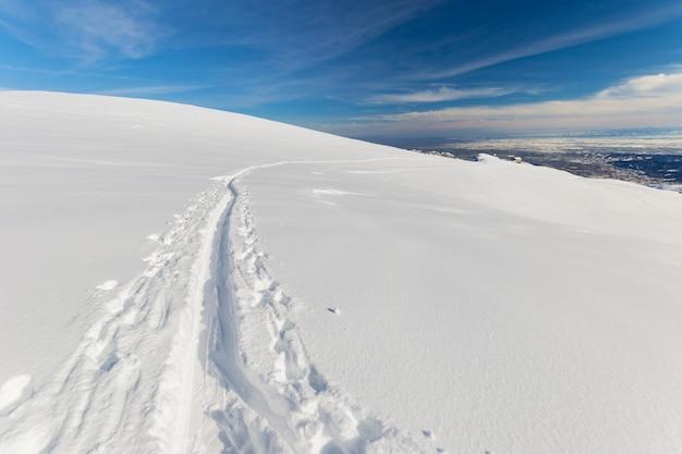 Alpinismo na neve fresca