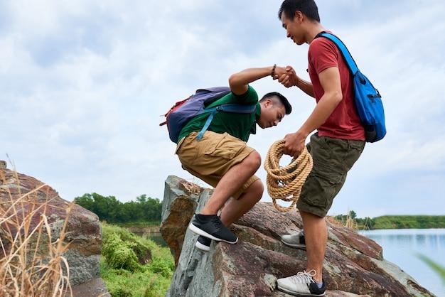 Alpinista, ajudando o amigo