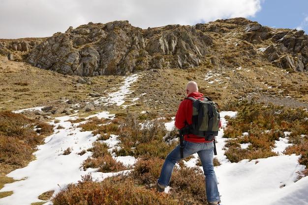 Alpinista atinge o cume do pico da montanha.
