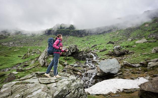 Alpinista com bengalas