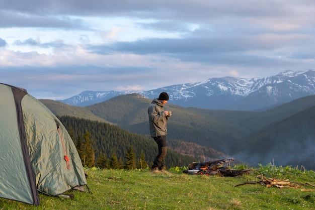 Alpinista com equipamento gasta tempo caminhadas nas montanhas