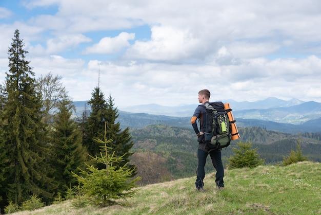 Alpinista com equipamento passa o tempo caminhando nas montanhas