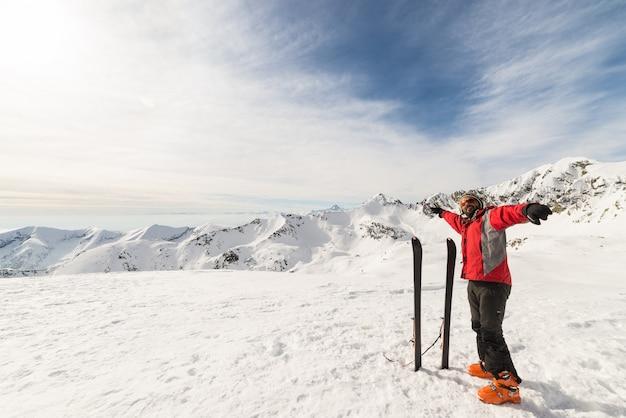 Alpinista com esqui de fundo