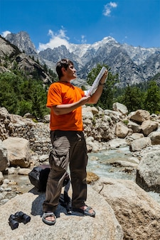 Alpinista com mapa