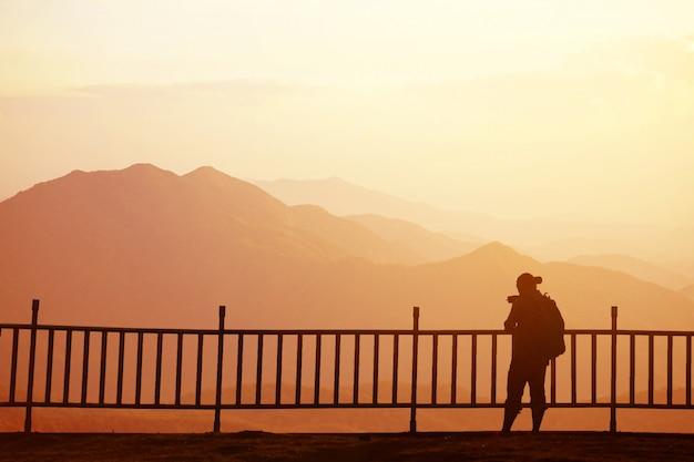 Alpinista de homem de turista no topo da montanha. conceito de vida ativa