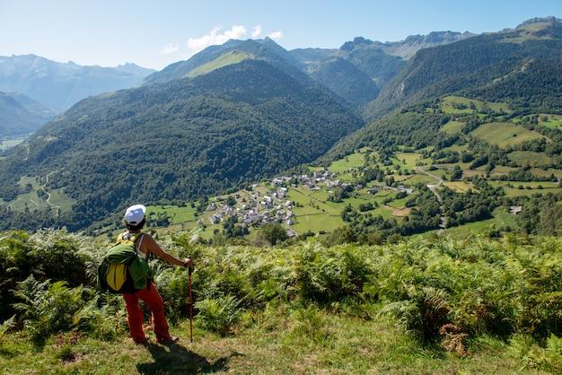 Alpinista de mulher nas montanhas dos pirenéus franceses (plateau du benou)