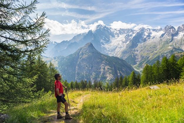 Alpinista descansando na frente do majestoso mont blanc