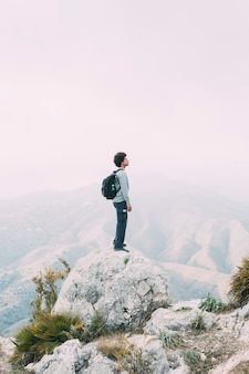 Alpinista em pé na rocha