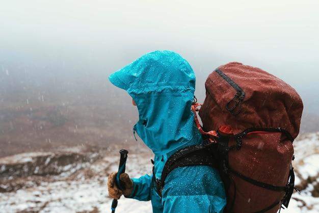 Alpinista escalando forcan ridge em glen shiel, escócia