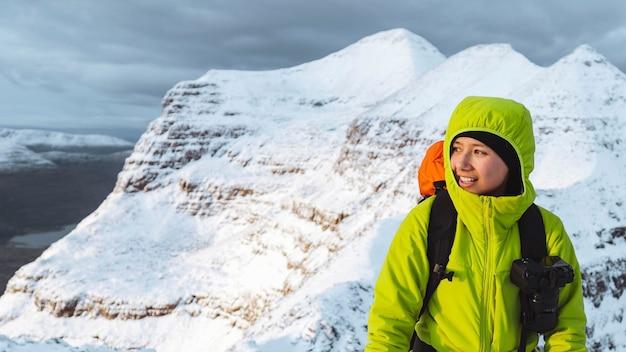 Alpinista escalando liathach ridge, escócia