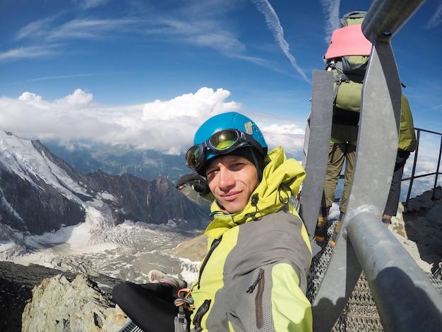 Alpinista experiente nas montanhas da frança