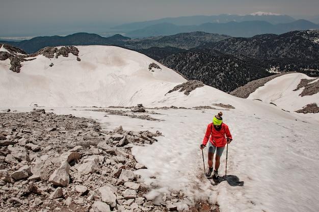 Alpinista feminina com bengalas nas terras altas