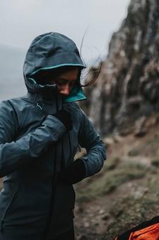 Alpinista feminina em quiraing, na ilha de skye, na escócia