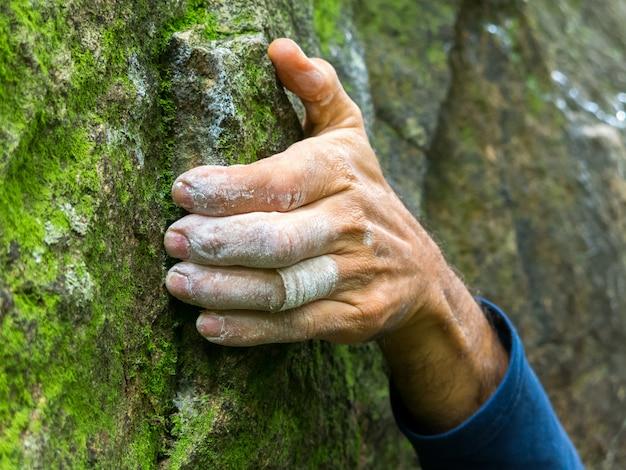 Alpinista mão closeup detalhe segurando a escalada