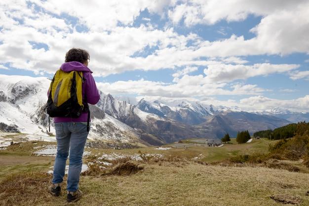 Alpinista nas montanhas dos pirinéus na primavera com neve