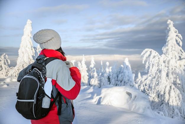 Alpinista nas montanhas, iogurte em uma mochila