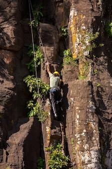 Alpinista nas rochas de basalto do parque nacional do iguaçu