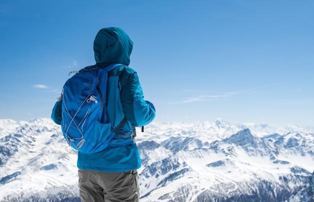 Alpinista, olhando para a montanha de neve