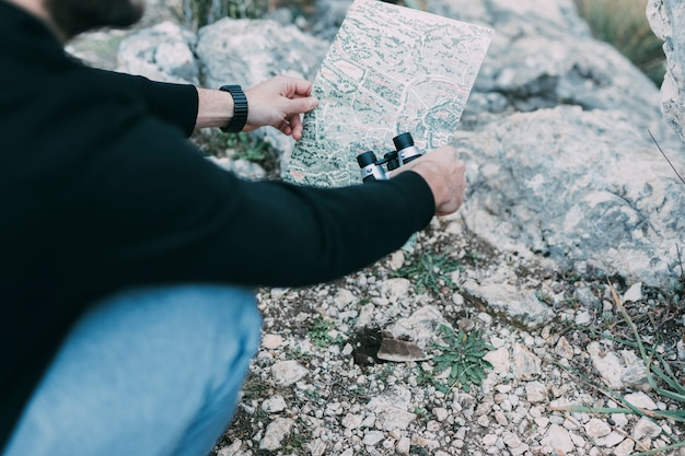 Alpinista, olhando para o mapa